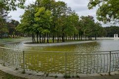 休息的普遍的北部公园与秋季老森林、长木凳和花园在Vrabnitsa区 免版税库存图片
