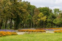 休息的普遍的北部公园与秋季老森林、长木凳和花园在Vrabnitsa区 图库摄影