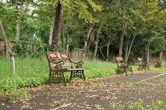 休息的椅子在公园 免版税图库摄影