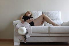 休息的沙发妇女 免版税库存照片