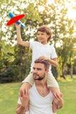 休息的爸爸和的儿子户外 免版税图库摄影