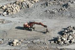 休息的猎物挖掘者和石头 库存图片