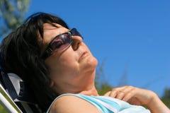 休息的高级妇女 免版税库存照片