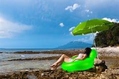 休息通配妇女年轻人的海滩海岛 库存图片