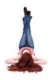 休息青少年的墙壁的美好的偶然女孩&# 免版税图库摄影