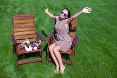 休息年轻美丽的妇女和获得乐趣在 免版税库存图片