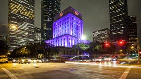 休斯敦香港大会堂&交通在晚上在街市休斯敦,得克萨斯 免版税库存照片