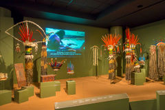 休斯敦,美国- 2017年1月12日:全国印地安衣裳的博览会有用羽毛装饰的帽子的在国家博物馆  图库摄影