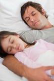 休眠与他的女儿的一个镇静父亲的纵向 图库摄影