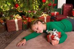 休眠与圣诞节的女孩 免版税库存图片