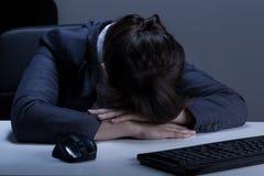 休眠在办公室的妇女 免版税库存照片