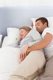 休眠在卧室的可爱的将来的父项 图库摄影