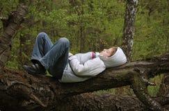 休眠在森林里的男孩 免版税库存图片