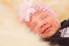 休眠在绒毛的新出生的女婴 免版税库存照片
