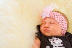 休眠在绒毛的新出生的女婴 免版税库存图片