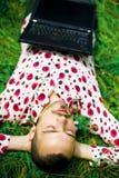 休眠在草的人 免版税库存图片