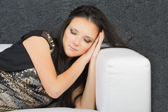 休眠沙发妇女年轻人 库存图片