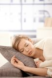 休眠沙发妇女年轻人 免版税库存图片