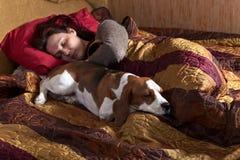 休眠的妇女和其狗 免版税库存照片