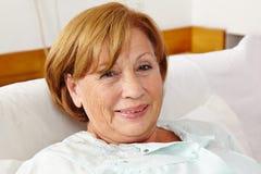 休眠的微笑的高级妇女 免版税图库摄影