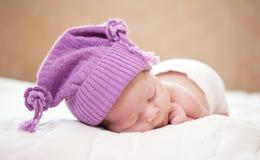 休眠的新出生的婴孩(在14天岁) 免版税库存照片