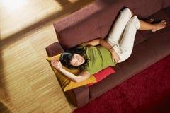 休眠的沙发妇女 免版税库存图片