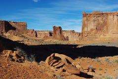 休眠鸟和被分散的岩石墙壁,犹他 免版税库存图片
