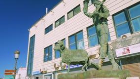 休达,西班牙-大约2017年11月:对战士和绵羊的纪念碑 影视素材