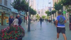 休达,西班牙-大约2017年11月:走沿celntral街道的人们在休达 股票录像