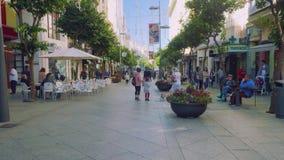 休达,西班牙-大约2017年11月:走沿celntral街道的人们在休达 股票视频