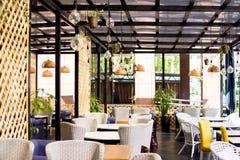 休闲、人们和服务概念-餐馆内部  免版税库存照片