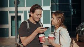 休闲、技术、通信和人概念-年轻使用声音的人和妇女命令记录器帮手或 影视素材
