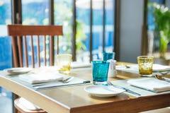 休闲、旅行和旅游业概念 在餐馆的表设置 图库摄影