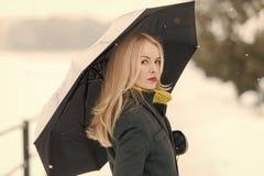 休闲和假期 有长的金发的女孩在白色雪风景 库存图片