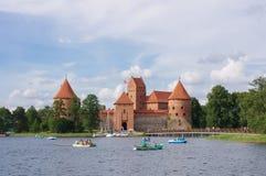 休闲在接近特拉凯城堡的Galve湖在立陶宛 免版税库存照片