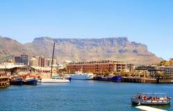 休闲小船、街市和桌山在开普敦,南非 免版税库存图片