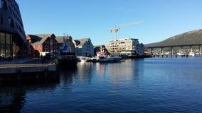 休闲小船在tromsoe城市在明亮的夏天阳光下怀有 免版税库存图片