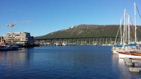 休闲小船在tromsoe城市在明亮的夏天阳光下怀有 免版税库存照片