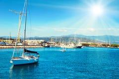 休闲有人的帆船 免版税图库摄影