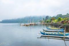 休闲的各种各样的小船服务在Pura Ulun Danu Bratan,巴厘岛,印度尼西亚 免版税图库摄影