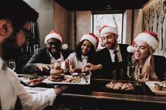 休闲 汉堡 帽子s圣诞老人 女孩和人 库存照片
