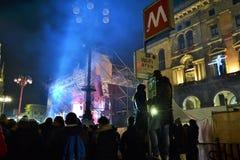 众多的爱好者观看在阶段的新年的音乐会被安装在中央寺院正方形 免版税库存照片