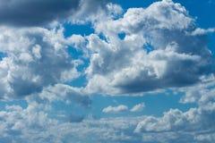 众多的白色暴风云 积云 免版税库存照片