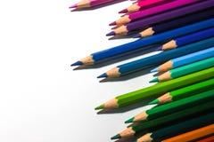 众多的着色铅笔在右边的一条线安排了 库存图片