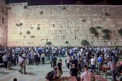 众多的访客和信徒在西部墙壁附近的晚上在老城耶路撒冷,以色列 免版税库存图片