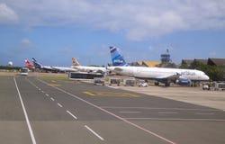 众多的飞机包括喷气机蓝色在蓬塔Cana机场在多米尼加共和国 图库摄影