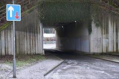 优先权在高速公路机动车路下面桥梁的交通标志  免版税库存照片