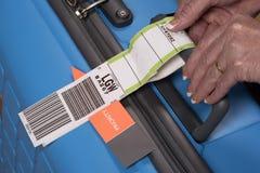 优先权航空公司在手提箱的安全标记 免版税库存照片