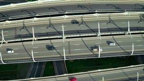 优化汽车通行的方便公路交叉点在现代城市寄生虫视图 股票录像