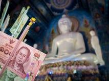 优点的泰国钞票与菩萨雕象 免版税图库摄影